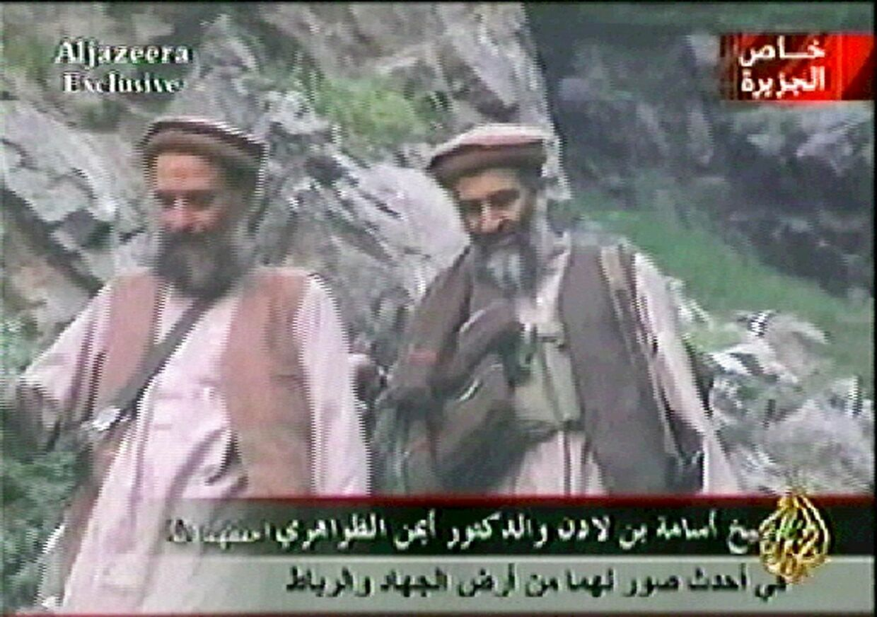 Foto fra en nyhedsudsendelse fra al-Jazeera, hvor Osama bin Laden (tv.) går med sin rådgiver Ayman al-Zawahri (th.) i et bjergområde. Dateret til 10. september 2003, men formodentlig optaget i april eller maj samme år. AL-JAZEERA. AFP