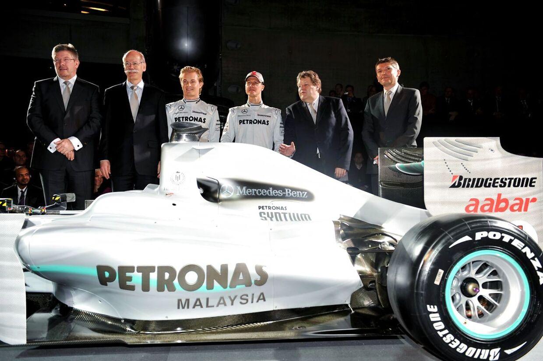 Michael Schumacher (nummer tre fra højre) og Nick Fry (yderst til højre) i Mercedes-tiden.