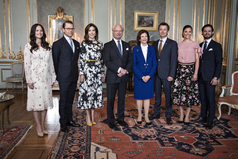 Da det danske kronprinspar var på erhvervsfremstød i Stoockholm, blev de budt på frokost på det kongelige slot, hvor både kong Carl Gustaf, dronning Silvia, det svenske kronprinspar samt prins Carl Philip og en gravid prinsesse Sophia deltog.