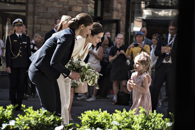 Kronprinsesse Victoria og kronprinsesse Mary var sammen ude at besøge den danske smykkebutik Lyngaard i Stockholm, hvor de fik blomster af Ella Lyngaard.