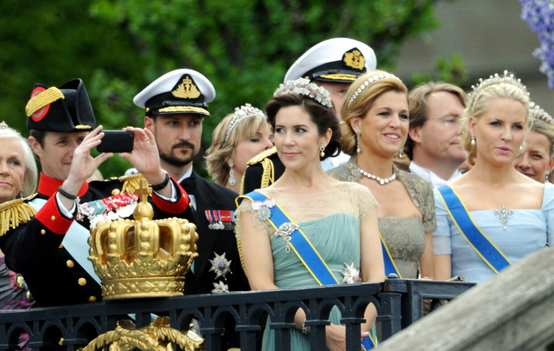 Det danske kronprinspar var placeret helt i front ved kronprinsesse Victorias bryllup. Og kronprins Frederik skulle tilsyneladende lige nå at forevige begivenheden til familiealbummet.