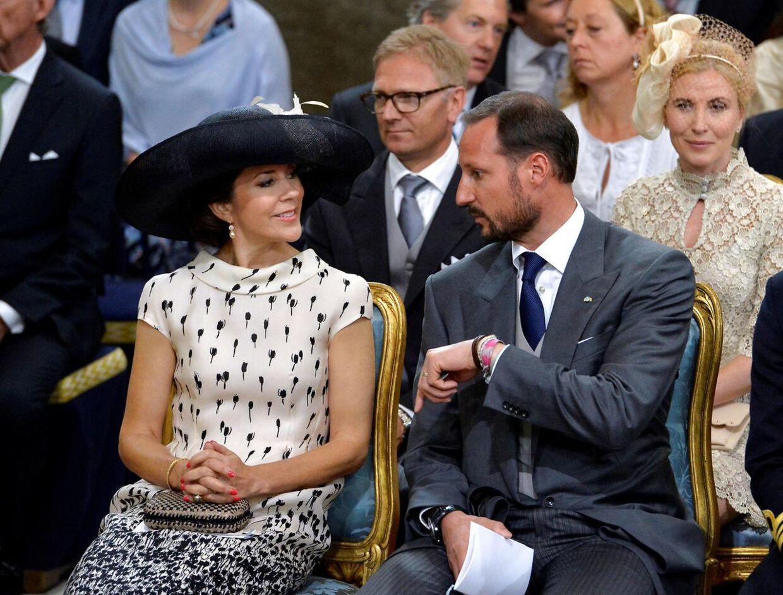 Ved prins Oscars barnedåb i 2016 måtte kronprinsesse Mary 'nøjes' med den norske kronprins som følgesvend, da kronprins Frederik var placeret andetsteds i kirken, da han var fadder ved dåben. Både kronprinsesse Mary og kronprins Haakon havde derimod været faddere ved prins Oscars storesøster dåb nogle år forinden.