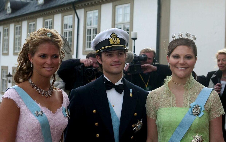 Både prinsesse Madeleine, prins Carl Philip og kronprinsesse Victoria var alle med ved kronprins Frederiks bryllup i 2004. Dengang var ingen af dem gift, hvorfor de ikke havde deres partnere med.