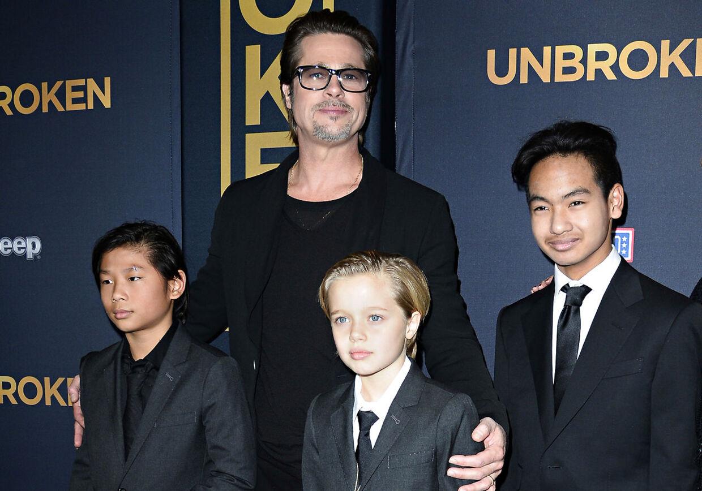 Brad Pitt og sønnerne Pax Jolie-Pitt (tv.), Shiloh Jolie-Pitt (i midten) og Maddox Jolie-Pitt (th.).