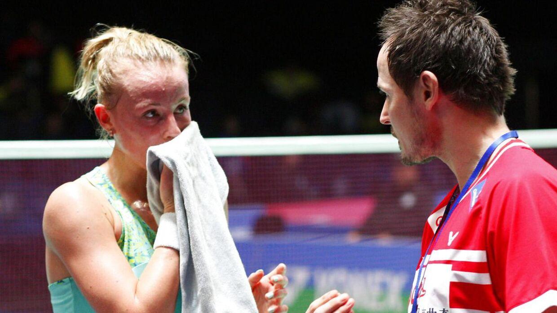 Mia Blichfeldt får gode råd under en kamp af Badminton Danmarks nu forhenværende assistentlandstræner Kim Nielsen.