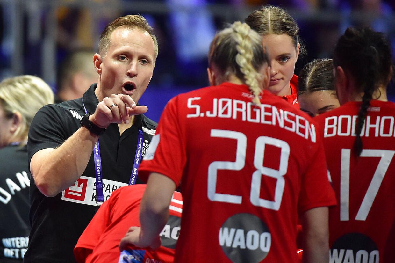 Landstræner Klavs Bruun Jørgensen i samtale med Stine Jørgensen under en håndboldlandskamp.