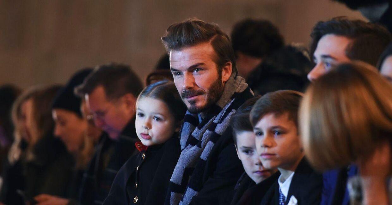 David Beckham med alle børnene ved sin kones modeshow. / AFP / Jewel Samad