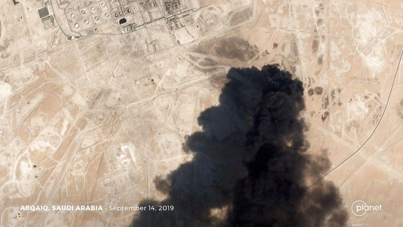 Satellitfoto af olieanlægget i Abqaiq i brand efter droneangrebet i Saudi-Arabien. Billedet er fra 14. september 2019.