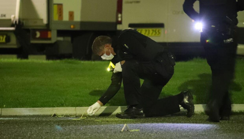Politiet indsamler bevismateriale på gerningsstedet.