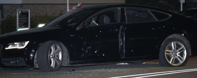 Offeret sad i denne bil, som blev ramt af adskillige skud.