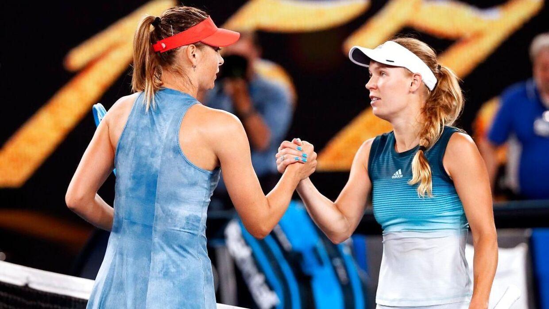 Caroline Wozniacki og Maria Sharapova efter kampen ved årets Australian Open.