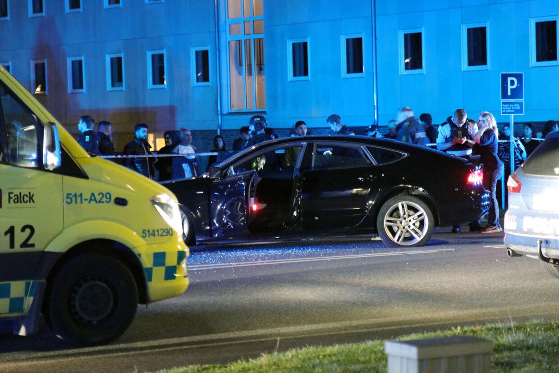 Politiet afhører vidner efter en skudepisode i Ishøj natten til mandag den 16. september 2019. To personer blev ramt af skud. Den ene er afgået ved døden, mens den anden overlever. (Foto: Presse-fotos.dk/Scanpix 2019)
