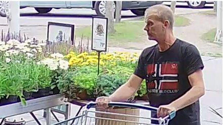 Manden efterlyses efter en hændelse i Randers. Politiet kan kontaktes på telefonnummer 114.