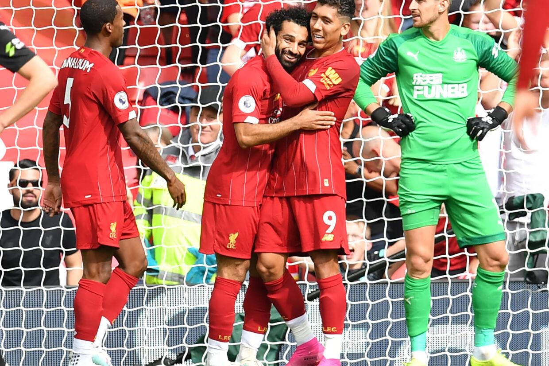 Liverpool snuppede sin femte ligasejr ud af lige så mange mulige, da Newcastle blev slået 3-1 på Anfield. Sadio Mané scorede de to første mål, før Mohamed Salah (tv. i jubel) scorede til 3-1 på Roberto Firminos (th.) forarbejde. Paul Ellis/Ritzau Scanpix