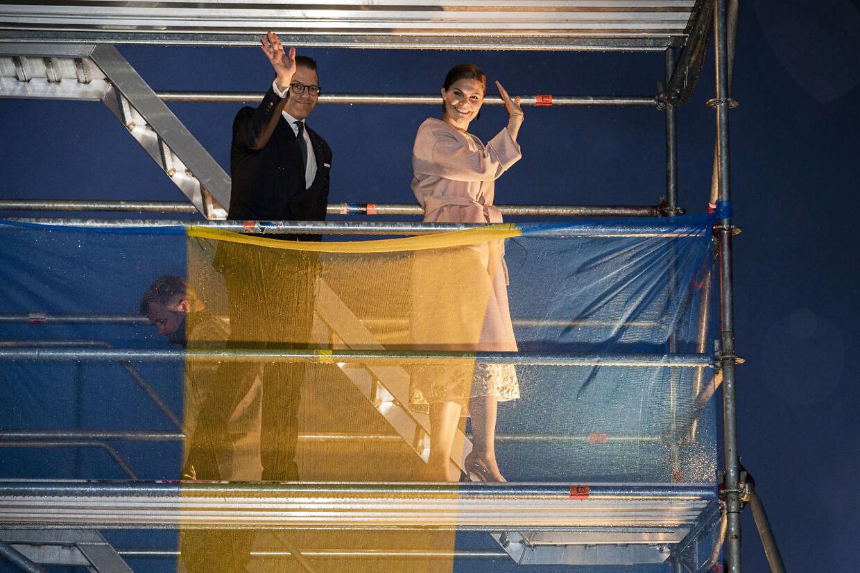 Prins Daniel og kronprinsesse Victoria vibker fra det høje stillads, som ledte op til skibets dæk. (Foto: Martin Sylvest/Ritzau Scanpix)