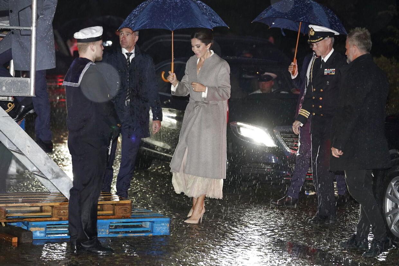 Kronprinsesse Mary brugte paraply op indtil, hun begyndte at 'klatre' op ad den stjele trappe. (Foto: Martin Sylvest/Ritzau Scanpix 2019)