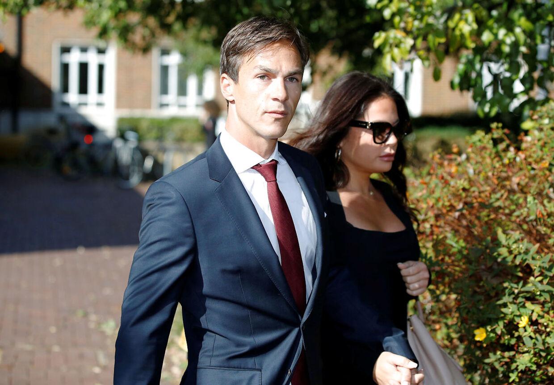 Thorbjørn Olesen forlader retten i London sammen med sin kæreste Lauren.