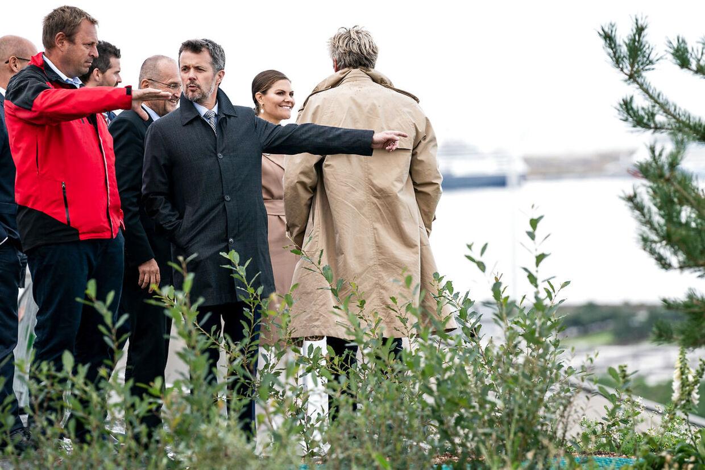 Kronprins Frederik talte også med skiløberne på Amager Bakke.