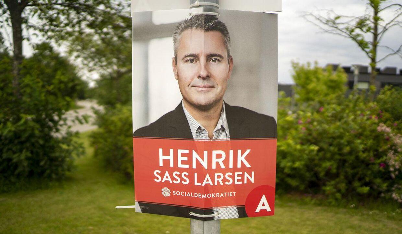 Juni 2019. Henrik Sass Larsen (S) meddelte i Facebook-opslag, at han er sygemeldt og ikke er til rådighed som minister. I Køge, hvor han blev valgt, hænger hans valg plakater stadigt i lygtepælene.