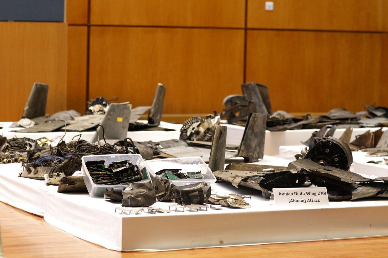 Stumper af droner og missiler bliver fremvist på et pressemøde i Riyadh i Saudi Arabien efter angrebene på to oliefelter.