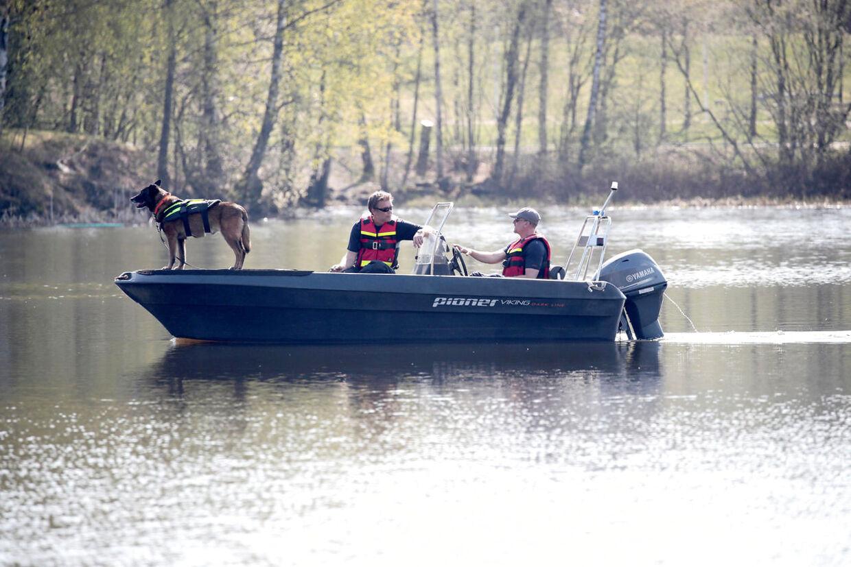 Politiet har brugt såkaldte lighunde til at søge efter den forsvundne Anne-Elisabeth Hagen i søer nær ægteparret Hagens hjem i Lørenskog øst for Oslo.