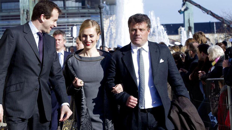 Peter Warnøe med Rose Gad, da de ankommer til tvillingernes barnedåb.