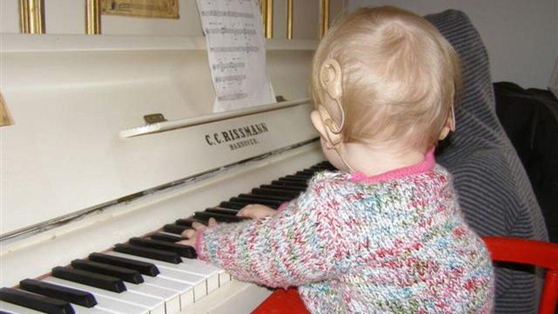 Lova har interesseret sig for musik, siden hun var ganske lille, også selvom hun er født døv.