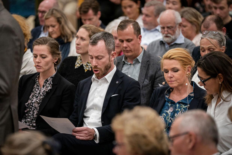 Ellen Trane Nørby (V), Jakob Ellemann-Jensen (V) og Inger Støjberg (V) synger en sang til vælgermødet på Lyngby Gymnasium, tirsdag den 17. september 2019. Formands- og næstformandskandidaterne i Venstre besøger frem mod det ekstraordinære landsmøde den 21. september de forskellige regioner for at møde medlemmerne.