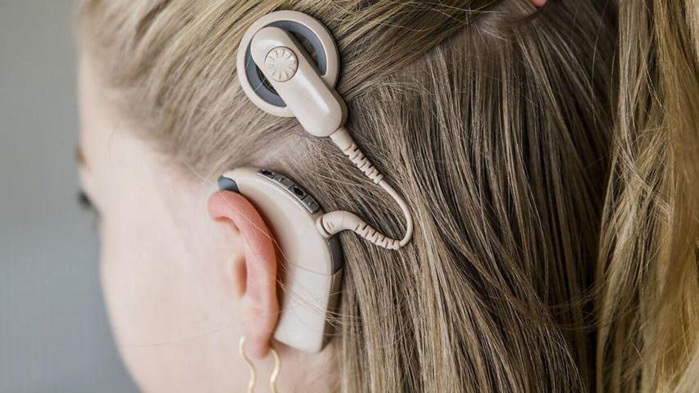 Lova blev født døv, men hendes cochlear implantater hjælper hende til at høre normalt.