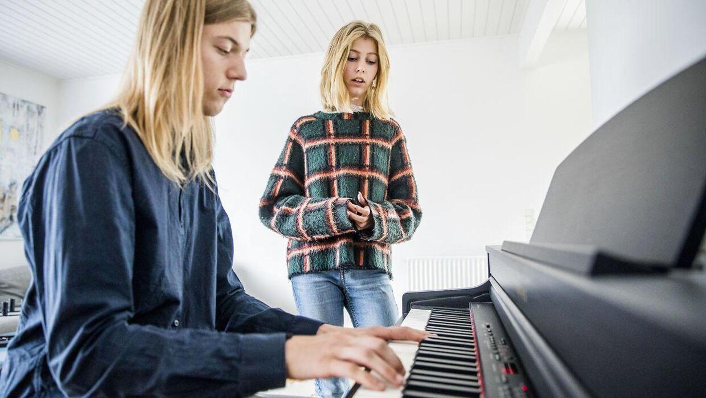 Storebror Linus på 18 år har været en stor inspiration for Lova inden for musikken. Her spiller han klaver, mens Lova synger.