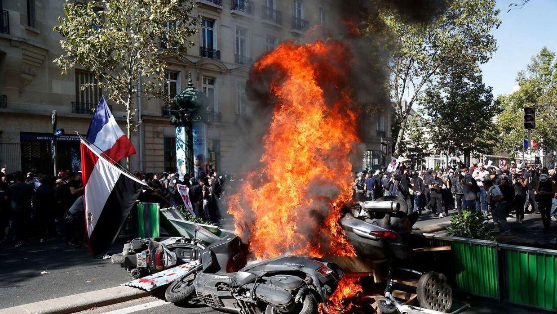 Flere demonstranter har sat ild til genstande i Paris under demonstrationen for klimaændringer.