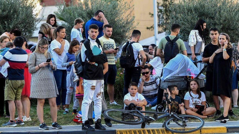 Lokale beboere på gaden efter jordskælvet i Tirana, Albanien.