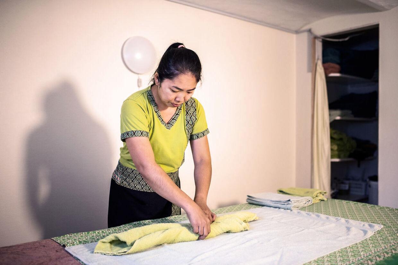 Chantana Manomai gør meget ud af at være professionel, så hun skifter altid til sin uniform, før hun får kunder. Hun har heller aldrig fortalt sin kunder om hendes kamp for at få sin søn til Danmark.