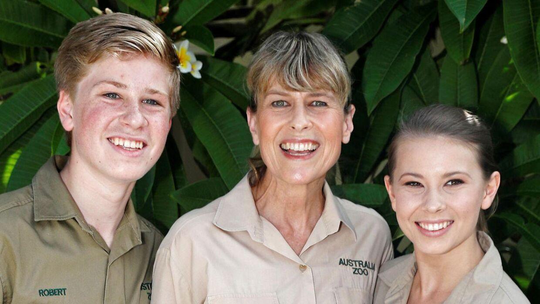Steve Irwins familie, der består af Robert (tv.), Terri (i midten) og Bindi (th.), taler ikke længere med flere af deres familiemedlemmer.
