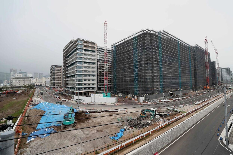 Sådan så der i juli ud på byggepladsen ved Tokyos olympiske by, hvor atleterne skal bo under næste års OL.