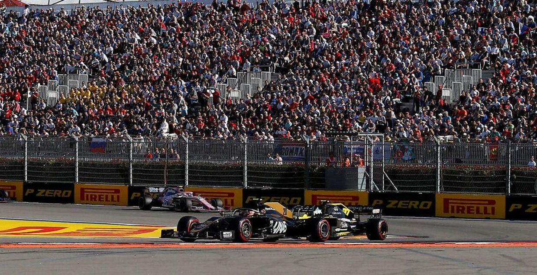 Kevin Magnussen i kamp mod Nico Hülkenberg (Renault) under søndagens grandprix.