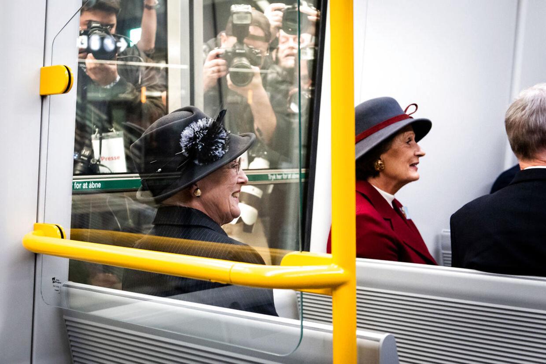 Dronningen var så heldig at få sit eget sæde, hun fik dog langt fra ro.