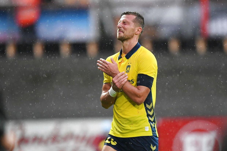 Brøndby-angriberen Kamil Wilczek ømmer sig efter at være blevet trådt over armen af Sønderjyskes Patrick Banggaard.