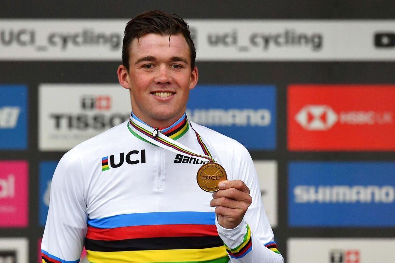 Her står Mads Pedersen med sin VM-medalje på toppen af skamlen.