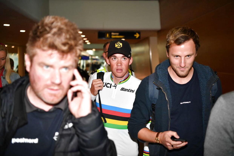 Verdensmester i linjeløb Mads Pedersen ankommer til Københavns Lufthavn mandag den 30. september 2019. Mads Pedersen vandt i går herrenes linjeløb ved VM i England. Det er første gang en dansker har vundet titlen.. (Foto: Anthon Unger/Ritzau Scanpix)