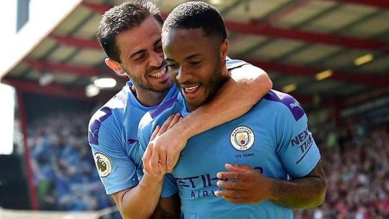 Bernardo Silva og Raheem Sterling fejrer mål for Manchester City.
