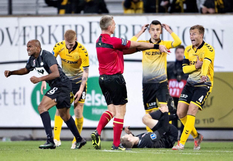 Dommer Jakob Kehlet har dømt straffespark til Esbjerg i mandag aftens Superliga-kamp mellem AC Horsens og Esbjerg fB på Casa Arena i Horsens.