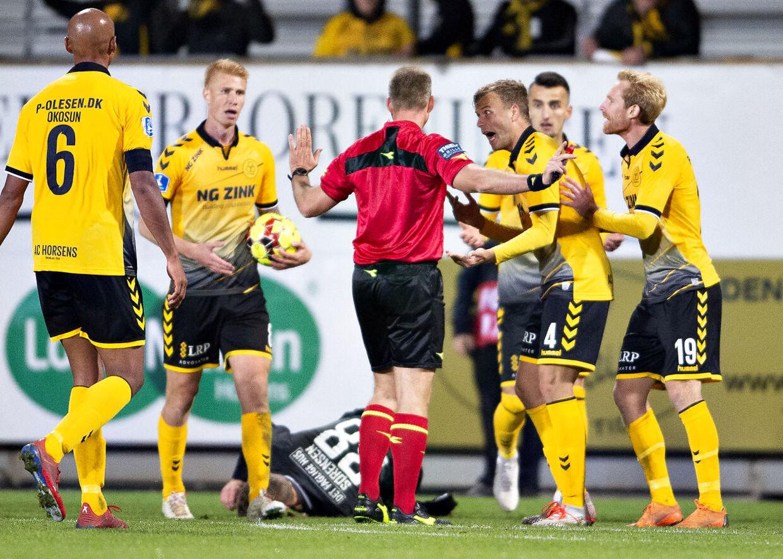 AC Horsens-spillerne var rasende på dommer Jakob Kehlet, der dømte straffespark til Esbjerg fB fem minutter inde i tillægstiden i mandag aftens Superliga-kamp.