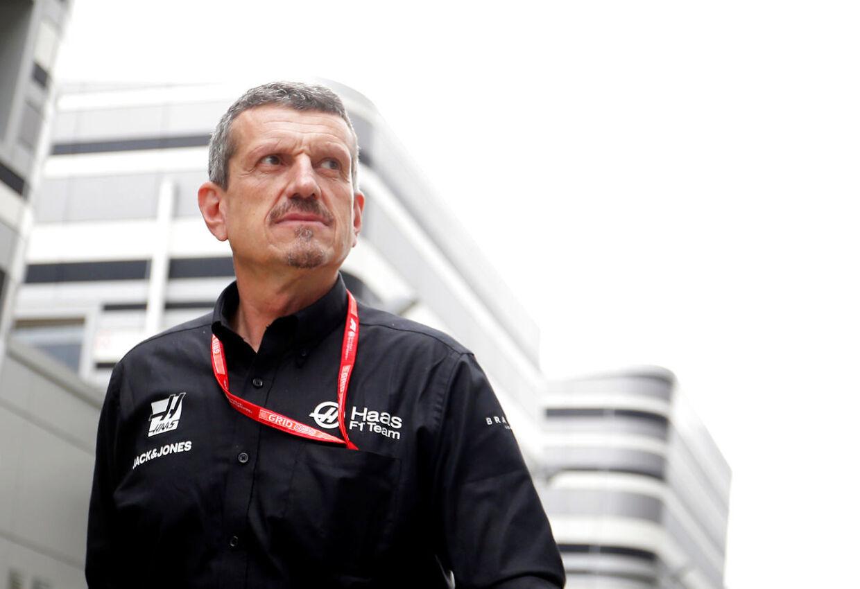 Günther Steiner har masser at se til ude i paddocken, når der køres Formel 1.