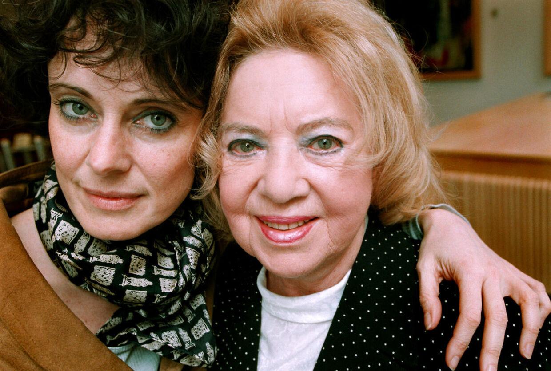 Monica Ritterband fotograferet med sin mor Olly i forbindelse med udgivelsen af moderens dagbogsnotater fra Auschwitz.