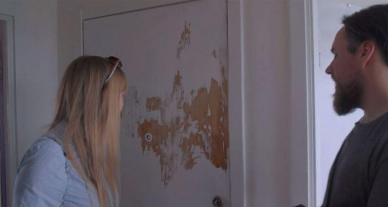 Frederik gav op og forsøgte at fjerne malingen igen, mens han var ved at male sin entredør.