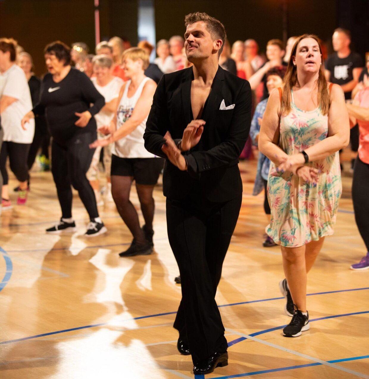 Her kan du se Henrik i action på dansegulvet.