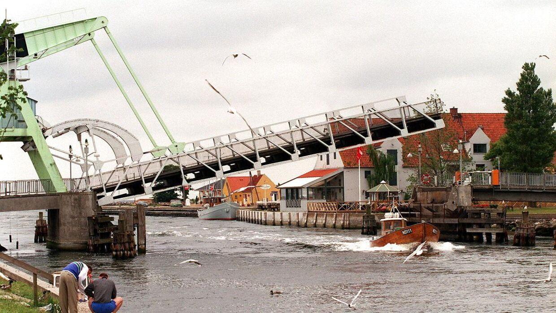 Broen over kanalen mellem Karrebæksminde og Lungshave går op en gang i timen.