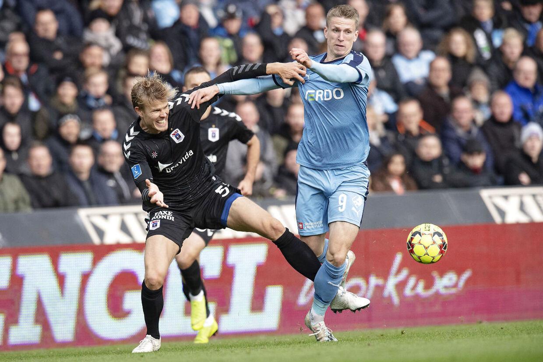 AGF-stopperen Frederik Tingager, til venstre, i duel med Randers FC's Emil Riis Jakobsen.