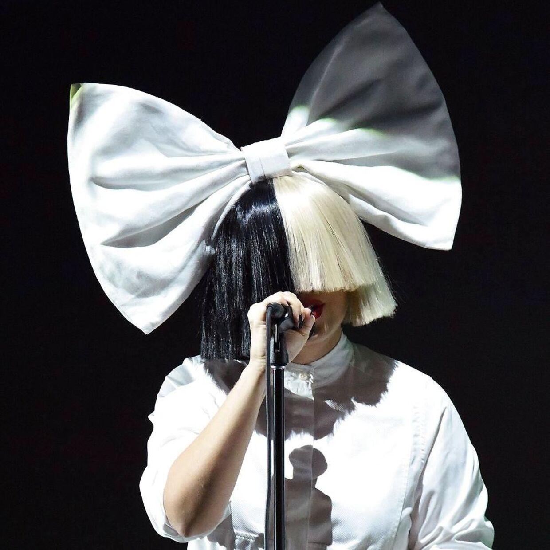 Sia, som man bedst kender hende, gemt bag en kæmpe paryk. Heret billede fra en optræden i 2016. / AFP PHOTO / Josh Edelson